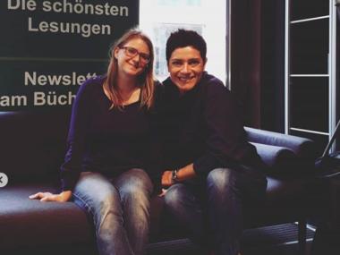 Zwei Frauen sitzen auf einer schwarzen Couch, links Jessica Neumayer, rechts Autorin Francesca Cavallo